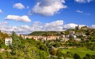 Dorf und Kirche in Provence